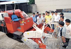 技术 学习/9月7日,十余位农户正在市农业机械化技术推广中心学习联合收割...